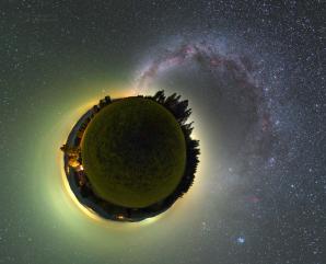 Malá planeta Grúň s zeleným airglow a obloukem Mléčné dráhy. Autor: Petr Horálek.