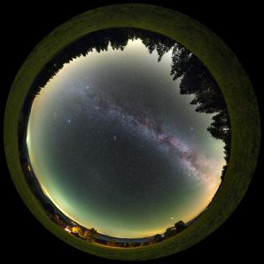Celooblohový pohled na Mléčnou dráhu a protisvit nad Grúní. Autor: Petr Horálek.