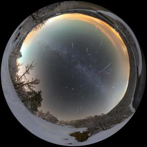 Geminidy 2018 nad zimní Sečí - celooblohová mozaika. Autor: Petr Horálek.