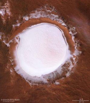 Snímek kráteru Koroljov byl sestaven z pěti samostatných obrázků Autor: ESA/DLR/FU Berlin, CC BY-SA 3.0 IGO