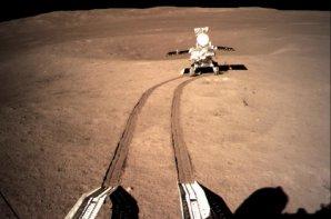 Pojízdná laboratoř Yutu-2 na odvrácené straně Měsíce Autor: CNSA/Xinhua