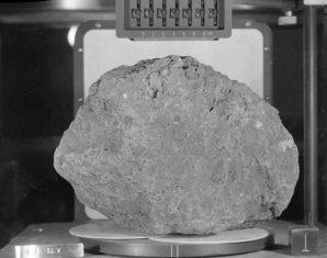 Vzorek lunární horniny odebraný posádkou Apolla 14 Autor: NASA