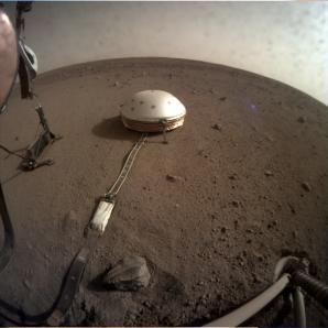 Fotografie zachycující umístění zařízení SEIS a HP3 sondou InSIGHT na povrchu Marsu. Autor: NASA/JPL-Caltech, licence: volné dílo. Autor: NASA/JPL-Caltech