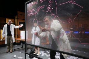 Martin Myšička ve hře Elegance molekuly (2018) ztvárnil prof. Antonína Holého - objevitele léku proti HIV. Autor: Hynek Glos