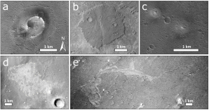Mozaika satelitních fotografií zachycující povrch Marsu v oblasti Chryse Planitia ukazuje charakteristické zástupce pěti typů zkoumaných objektů, o kterých se domníváme, že vznikly výlevem bahna. Pro detailní vysvětlení viz hlavní text. Převzato z Brož a kol. (2019), licence volné dílo.