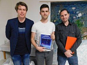 Pavol Kostolný (uprostřed) se stal absolutním vítězem fotografické soutěže Pohlednice z mého vesmíru. Autor: Dagmar Honsnejmanová.