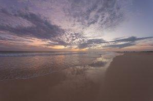 Panenská a zatím nedotčená pláž Santa Monica na jihozápadě ostrova Boa Vista je se svou délkou 22 km největší pláží ze všech na kapverdských ostrovech a patří k těm nejkrásnějším na světě. Právě na ní se ale už v listopadu bude otevírat nový obří rezort, který zcela jistě silně znehodnotí tento úchvatný kout světa. Autor: Petr Horálek.