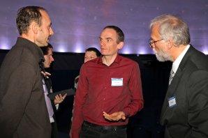 Kuloární diskuze v Planetáriu Praha při oslavách 100 let IAU Autor: Pavel Hrdlička - licence Creative Commons BY-SA 4.0