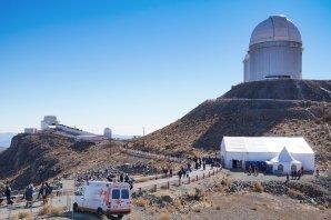 Mirador mezi NTT (velká kopule v povzdálí) a SEST. Na kopci stojí kopule 3,6m teleskopu. Mirador se postupně plní lidmi. Autor: ESO/Romain Lucchesi