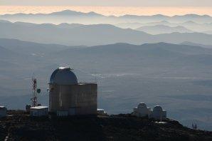 Za kopulemi observatoře La Silla se v daleké poušti třpytí obří základna pro veřejnost s více jak 25 tisící lidmi. Tam zamířil i chilský prezident po návštěvě La Silla. Autor: Jano Kupec.