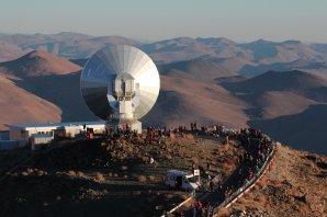 Teleskop SEST  obklopený davy lidí hodinu před úplným zatměním Slunce. Autor: Jano Kupec.