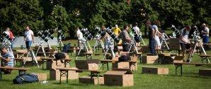 Pozorovací kolo patří k logisticky nejnáročnějším částem soutěže. Během odpolední přípravy vládl na stadionu čilý ruch. Na organizaci se podílelo pět desítek amatérských astronomů z celého Maďarska. Autor: IOAA 2019