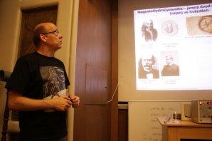 Stanislav Daniš a jeho přednáška o magnetohydrodynamice nejen ve hvězdách. Autor: Martin Mašek