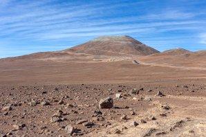 Vrchol Cerro Armazones ze zbrusu nově vyasfaltované příjezdové cesty. Autor: Petr Horálek/ESO.