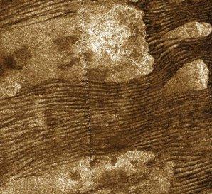 Písečné duny z organických látek v rovníkové oblasti Titanu; sonda Cassini je vyfotografovala 10. 7. 2013 Autor: NASA/JPL-Caltech/Sci-News.com