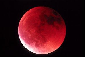 Úplné zatmění Měsíce 17. srpna 1989. Autor: Chris Cook.