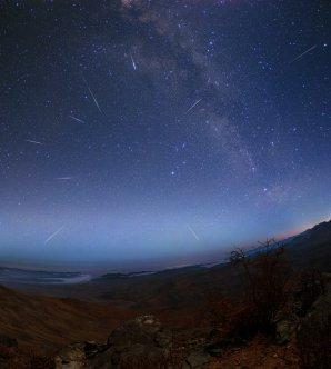 Maximum Lyrid v roce 2004 nad pouští Atacama. Autor: Yuri Beletsky.