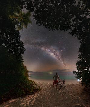 Juputer (u centra Mléčná dráhy) a Saturn (vlevo) od centra Mléční dráhy při pohledu z maledivského ostrova Soneva Fushi v dubnu 2019. Autor: Petr Horálek.
