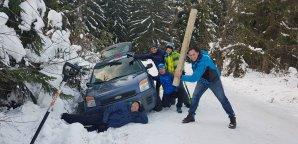 Svérázná skupinovka před vylovením auta z Horálkovy priekopy. Autor: Peter Krátky.