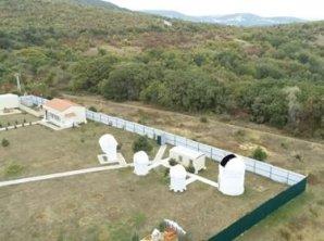 Areál ANC, teleskop HGB-650 v kupole úplne vpravo. Autor: Genadij Borisov