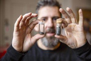 Martin Bizzarro s CI chondrity – malými úlomky meteoritů – které mohou být nejlepším ekvivalentem sypkého materiálu Sluneční soustavy Autor: StarPlan, Globe Institute, University of Copenhagen