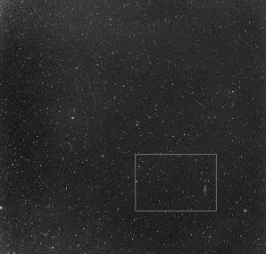 Ukázka zorného pole z širokoúhlého pole 300mm teleobjektivu s kamerou G4-16000 na FRAMu, zorné pole je 7×7°, obdélník značí výřez ze kterého byla vytvořena animace. Samotná kometa SWAN je označena šipkou. Autor: Martin Mašek; FRAM/FZU - Fyzikální ústav AV ČR