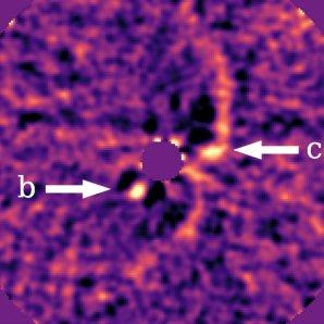 Snímek znázorňující protoplanety PDS 70b a PDS 70c označené bílými šipkami Autor: J. Wang, Caltech