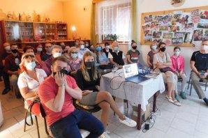 Účastnící akce vyhodnocení soutěže Nebeské kouzlení 19. září 2020 v Mokrém v rouškách kvůli přísným hygienickým opatřením z důvodu pandemické situace. Autor: Petr Komárek.