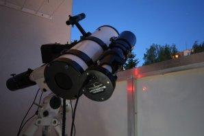 Balkónová pozorovací sestava. Malý dalekohled o průměru 150 mm se CCD kamerou MII G2-1600. I ve městě se dají pořídit vědecky hodnotná data. Autor: Martin Mašek