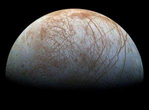 Jupiterův ledový měsíc Europa pokrytý silnou vrstvou ledu Autor: NASA/JPL-Caltech/SETI Institute, CC BY-SA