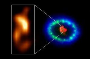 """Snímek s extrémně vysokým rozlišením pořízený radioteleskopem ALMA odhaluje horký """"blob"""" v prachovém jádru supernovy SN 1987A (viz vložený obrázek), který může značit polohu chybějící neutronové hvězdy. Autor: ALMA (ESO/NAOJ/NRAO), P. Cigan and R. Indebetouw; NRAO/AUI/NSF, B. Saxton; NASA/ESA"""