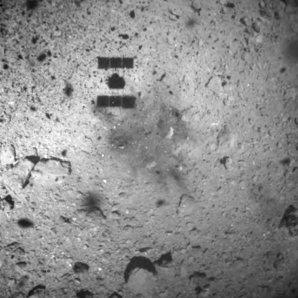 Sonda Hayabusa 2 uskutečnila 22. 2. 2019 první odběr vzorků z povrchu planetky Ryugu Autor: JAXA