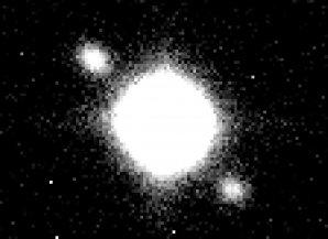 Detailní záběr podivně symetrického objektu pořízený Perkovým 2m dalekohledem Autor: Petr Škoda