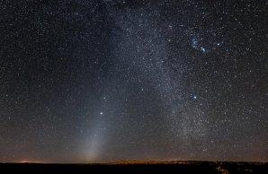 Fotografie zachycuje jev známý jako zodiakální světlo vznikající rozptylem slunečního záření na částicích prachu Autor: Z. Levay