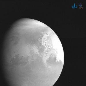 Fotografie Marsu z čínské sondy Tianwen-1 ze vzdálenosti 2,2 milionů kilometrů od planety Autor: Čínský národní kosmický úřad CNSA