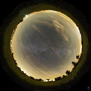 Panoramatický snímek oblohy zobrazující světelné znečištění mezi Hradcem Králové a Jaroměří. Autor: Zdeněk Bardon