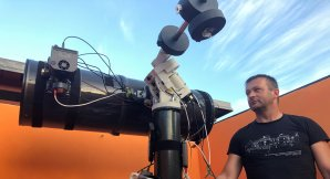 Zbyněk Henzl se svým dalekohledem v pozorovatelně Autor: Zbyněk Henzl