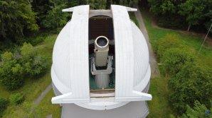 Otevřená kopule s dalekohledem Alfred Jensch. Observatoř Tautenburg, Německo. Autor: Zdeněk Bardon