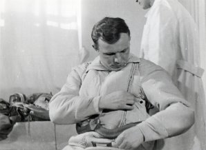 Gagarin kontroluje kosmický oblek Autor: Roskosmos