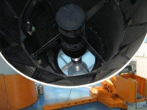Pohled na primární zrcadlo dvoumetrového dalekohledu observatoře Rozhen, Bulharsko Autor: Zdeněk Bardon