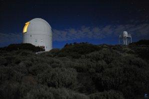 Kopule observatoře OGS a seeing monitor v noci Autor: Zdeněk Bardon