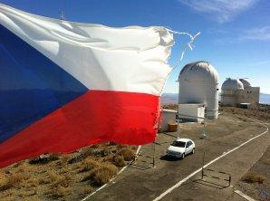 Česká vlajka zavlála v roce 2012 na Dánském 1,54 m dalekohledu. ESO, La Silla, Chile Autor: Zdeněk Bardon