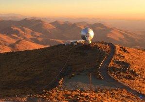 Radioteleskop SEST těsně před západem Slunce. ESO, La Silla, Chile Autor: Zdeněk Bardon