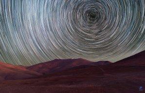Dráhy hvězd nad observatoří ESO, La Silla v Chile prozrazují polohu jižního nebeského pólu Autor: Zdeněk Bardon