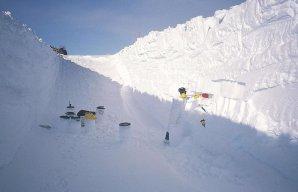 Sběr mikrometeoritů v regionu centrální Antarktidy v roce 2002 Autor: Jean Duprat/Cécile Engrand/CNRS Photothèque