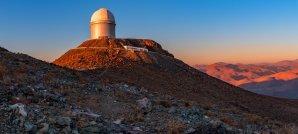 Panorama části pouště Atacama s kopulí dalekohledu ESO 3,6 m. ESO, La Silla, Chile Autor: Zdeněk Bardon