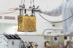 Technici NASA Jet Propulsion Laboratory instalují zařízení MOXIE na palubu roveru Perseverance Autor: NASA/JPL-Caltech