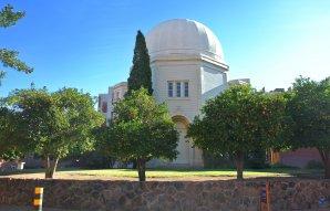 Historická budov observatoře kampusu University of Arizona. (povšimněte si pomerančovníků v popředí). Tucson, Arizona, USA Autor: Zdeněk Bardon