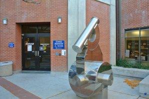 Vstup do STEWARD Observatory na Arizonské univerzitě. Tucson, Arizona, USA Autor: Zdeněk Bardon