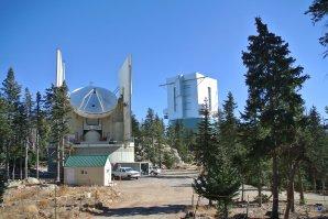 Pohled na Submillimeter Telescope a LBT. Mt.Graham, Arizona, USA Autor: Zdeněk Bardon